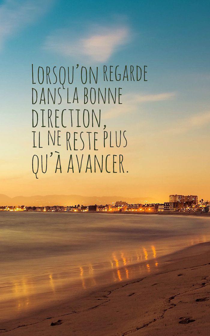 citation courte, écran verrouillage iPhone, paysage d'été avec lettres inspirantes, mer et sable avec ciel orange