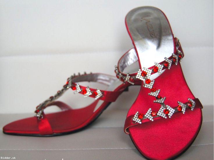 Červené šľapky s kamienkami