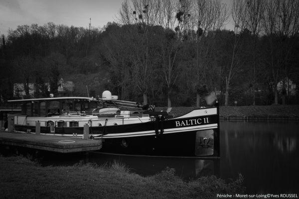 Péniche Baltic II - Moret sur Loing: photo prise avec filtre ND 400 Hoya et retouchée en NB avec RawTherapee et Paint.net