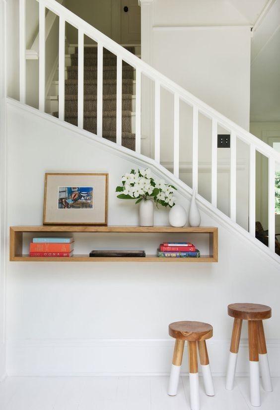 Escalier blanc conception de lescalier étagère à lentrée petites entrées de maison chalet contemporain stockage descalier idées de plateau