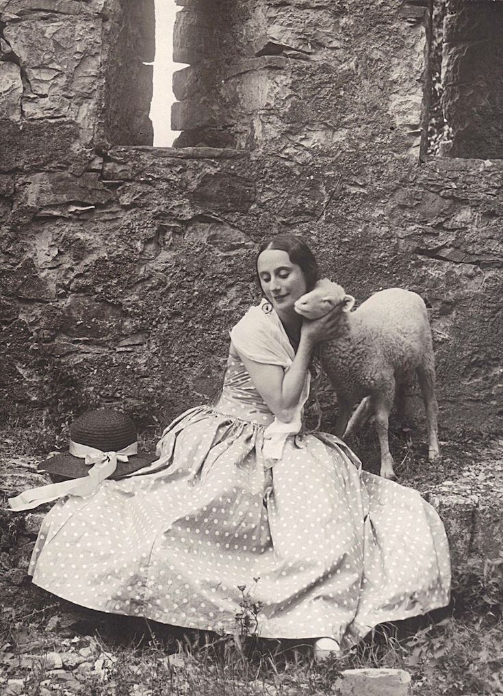 Anna Pavlova at the Castello di Vigoleno, 1925. Photo: Studio fotografico Moreschi.