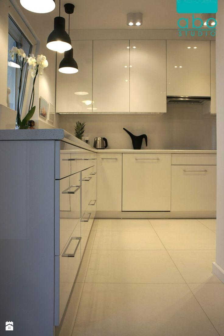 apartament Polanka- kuchnia, Poznań - Średnia kuchnia w kształcie litery l w aneksie, styl minimalistyczny - zdjęcie od abostudio