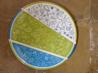 """Sgraffito wird zu den Stucktechniken gezählt. Analog dazu werden auch bestimmte """"Kratztechniken"""" bei anderen Farbauftragsarten als Sgraffito bezeichnet (z. B. in der Aquarellistik).  Die Ritztechnik kann aber auch gut in der Keramikmalerei umgesetzt werden. Das Prinzip der Sgraffito-Technik besteht darin, dass ein oder mehrere Farbschichten satt übereinander aufgetragen werden und die untere Schicht mit einem Schabegerät, Spachtel, Spieß, Nagel, Bambus Feder, usw. freigelegt wird."""