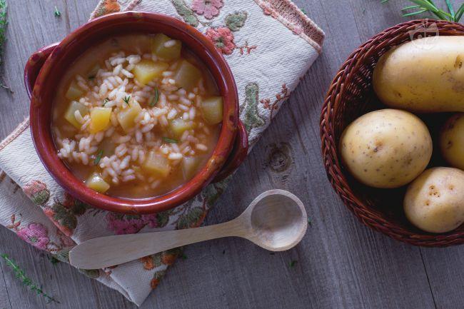 La minestra di patate e riso è un primo piatto sostanzioso e saporito, con tutto il profumo del timo perfetto come comfort food nelle giornate fredde.