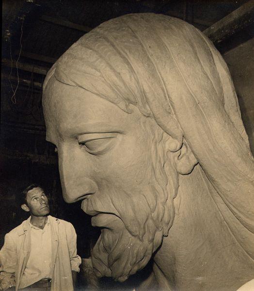 NIcolás Martínez Ramón con su obra la Cabeza del Cristo de Monteagudo (Murcia)