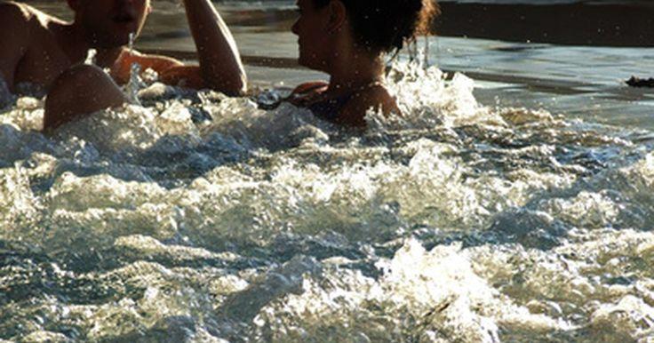 O que causa as bolhas da banheira?. Banheiras criam bolhas de diferentes maneiras. Muitas usam jatos d'água, mas há também aquelas que usam bolhas de ar. Todas as banheiras (exceto as de fontes termais) têm sistemas de aquecimento que as tornam ótimas para o uso em qualquer temperatura. A combinação de água quente e bolhas torna o banho relaxante. Se quiser usar sais de banho, ...