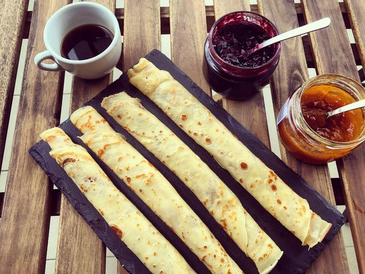 Namazat a ozdobit můžeme dle libosti. Někdo preferuje Nutelu, marmeládu, zakysanou smetanu nebo tvaroh s ovocem. Já mám nejraději skořici s javorovým sirupem.