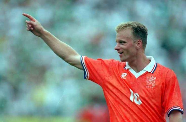 Eroi Mondiali: Dennis Bergkamp, l'olandese NON volante Al contrario del tetro vascello, l'Olandese volante, che ha riempito intere pagine di narrativa folk, Bergkamp si è conquistato l'appellativo di NON volante. Sì, perché ha paura dell'aereo, un trauma #dennisbergkamp #olanda #mondiali