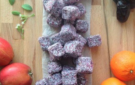 45 stk. 300 g friske dadler (uden sten) 120 g valnødder/mandler 40 g kakaopulver 3/4 tsk. kanel eller kardemomme Revet skal fra 1 økologisk appelsin – evt. 1 spsk. saft