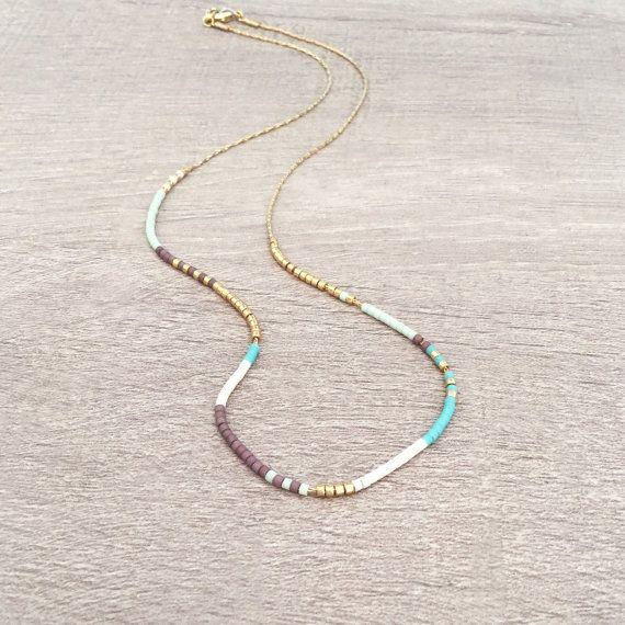 Collier minimaliste composé de perles multicolores sur une fine chaîne dorée à lor fin 1 micron. Choississez la taille souhaitée lors de lajout au