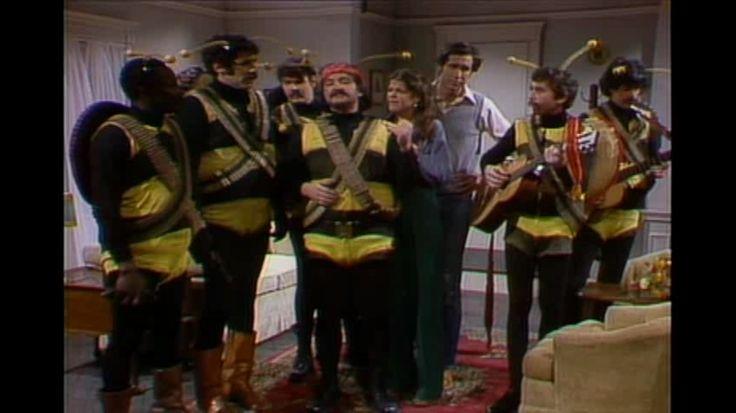 #SNL #Saturday #Night #Live #S01 #E09 #Elliott #Gould #Anne #Murray (1-10-1976) #the #killer #bees #sketch #Dan #Aykroyd #John #Belushi #Chevy #Chase #Jane #Curtin #Garrett #Morris #Laraine #Newman #Gilda #Radner #NBC