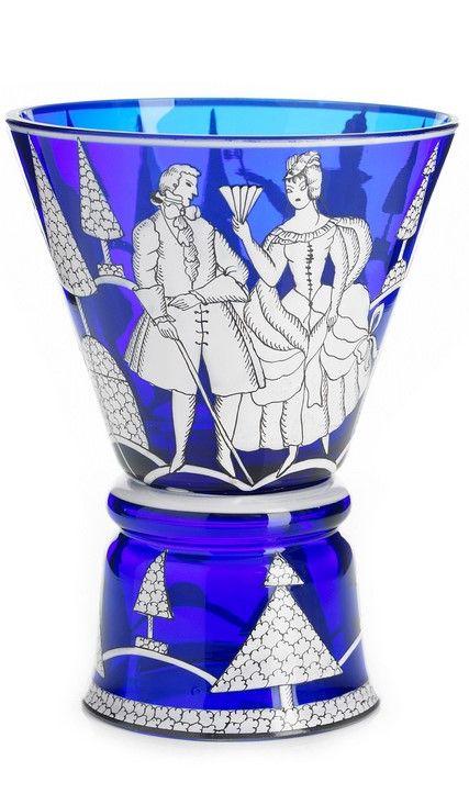 JOSEF HOFFMANN (form) och VALLY WIESELTHIER (dekor), pokal, Joh. Oertel & Co, Wiener Werkstätte 1917, blå glasmassa med emaljmålad dekor i vitt och svart av figurer, signerad WW, höjd 15,5 cm; nagg PROVENIENS: Hermann Propst, Wiener Werkstättes representant i Sverige på 1920-talet. HISTORIK: Modellen har Josef Hofmann ritat sen står Vally Wieselthier för dekoren. Hon ritade denna dekor 1917 och den har modellnummer 65. Totalt har man tillverkat 42 pokaler med denna dekor. LITTERATUR: Jämför…