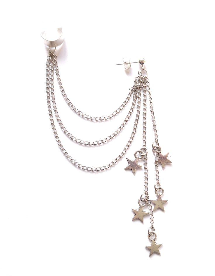 Ear cuff i silverplätering med kedjor och stjärnor.
