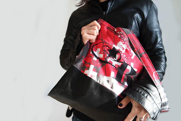Shopper in cotone Rock'n'Roll stampato ed ecopelle nera. Interno bianco con stampa a tema Rock'n'Roll
