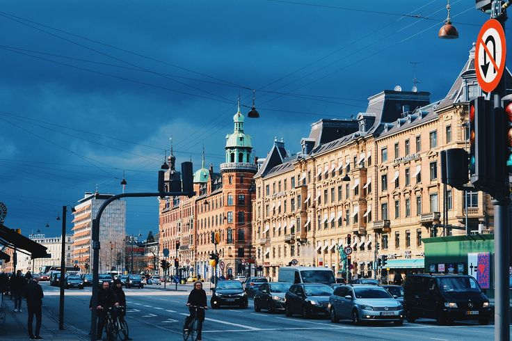Il avait fait positivement infâme toute la journée lorsque nous avions abandonné et décidé de rentrer nous cacher dans notre petit airbnb. Et puis c'était arrivé, un rayon de soleil était venu paresseusement caresser nos cheveux trempés avant de ricocher sur les flaques et d'exploser sur la façades de la ville.  Copenhague, Danemark (55.682282, 12.576372)