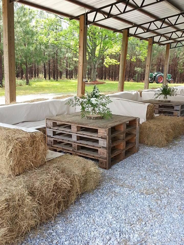 Mariage dans la grange avec des meubles faits de palettes et de ballots de paill…