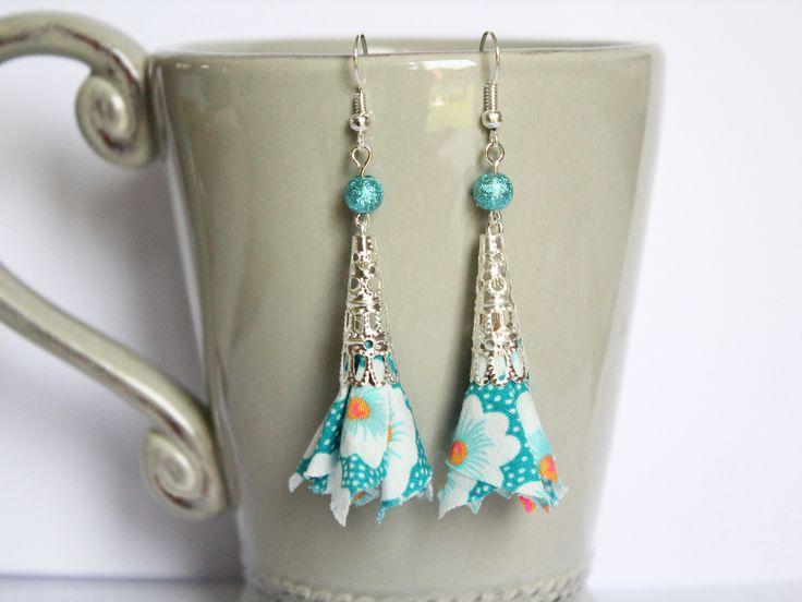 Boucles d'oreilles tissu liberty bleu turquoise petit pan osami - perle cône dentelle argenté - crochets hameçons : Boucles d'oreille par nemeti