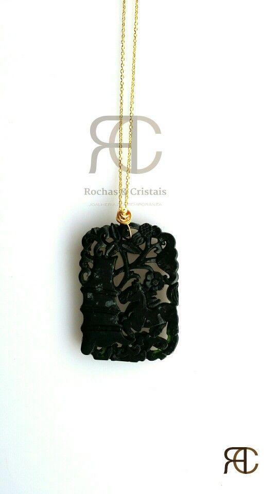 Colar com fio dourado e pendente em obsidiana