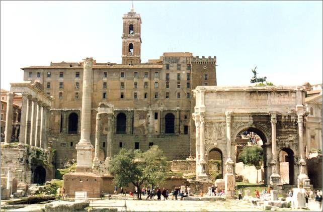 Forum Romanum: Rechts der Triumphbogen von Septimius Severus, links die Gerichtsbasilika Julia, im Hintergrund das Kapitol, einer der sieben Hügel Roms, mit dem Kapitolinischen Museum.