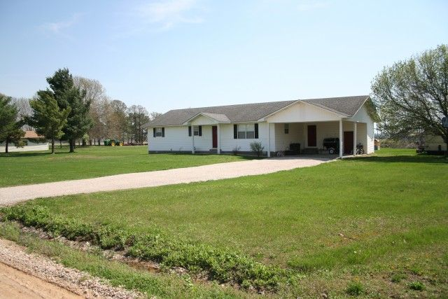 Very cute 3 bed, 2 full bath ranch style home. Sitting on 1 acre lot, you can enjoy the country style setting; but still be just minutes from Poplar Bluff MO
