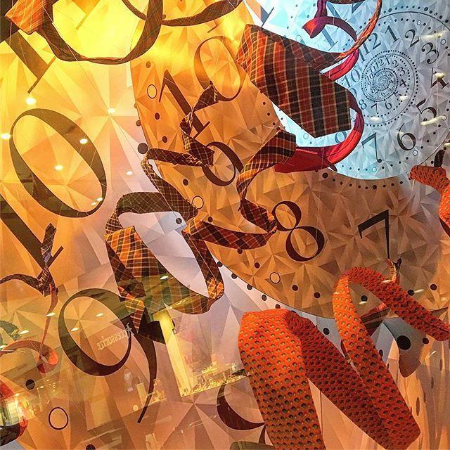 Detalles de nuestras vitrinas SS17 #navidad #christmas #savillerow #savillerowofficial #savillerowwindows #vitrina