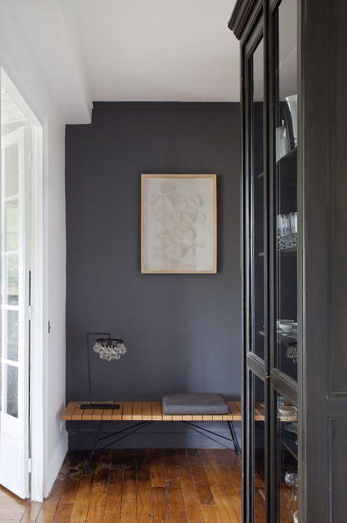 Belle idée ! Le mur et le meuble peints du même gris somptueux.