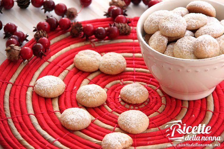 Nel periodo natalizio, non c'è niente di più adatto di questi biscottini a forma di palla di neve. Semplici e deliziosi e di sicuro molto a tema. Preparazione Lavorate a crema il burro con lo zucchero. Aggiungete quindi poco alla volta tutti gli altri ingredienti. Lavorate l'impasto velocemente e formateci una palla, avvolgetela nella pellicola […]