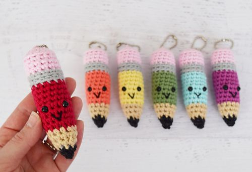 This cute key chain is so much fun to crochet and it makes the perfect little gift for teachers and classmates for the end of the school year!