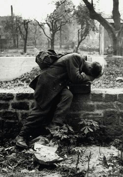 جندي ألماني يعود إلى منزله ليجد أن لا أحد من أسرته هناك. فرانكفورت، 1946.  A German soldier returns home only to find his family no longer there. Frankfurt, 1946.
