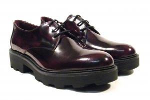 Zapatos de cordones con piso ancho de goma Funchal lady  Zapatos blucher para mujer realizados en piel florentik (brillo) color burdeos o negro con interiores en combinado de piel y tejido. Piso ancho de goma con plataforma de una altura total aproximada de 4 cms. Made in Spain. http://ift.tt/2fAfUik