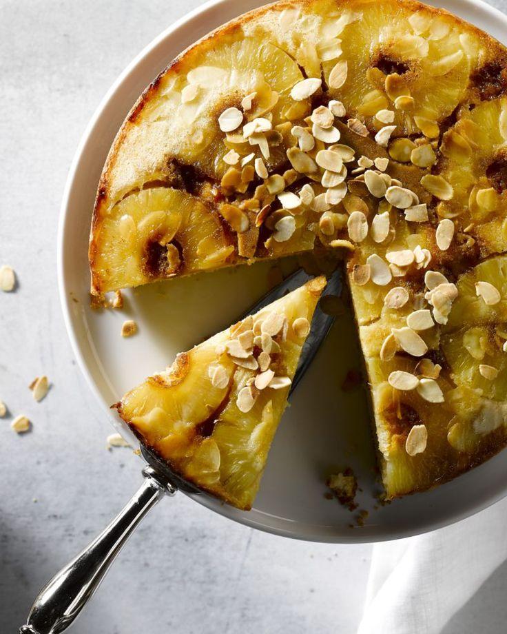Ananas is het perfecte fruit om een lekkere cake te maken. Deze versie is heerlijk zoet met een laagje karamel en werk je af met amandelschilfers.