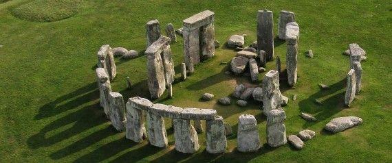 Stonehenge – jedna z najsłynniejszych europejskich budowli megalitycznych, pochodząca z epoki neolitu oraz brązu. Kromlech ten najprawdopodobniej związany był z kultem Księżyca i Słońca. Księżyc mógł symbolizować tutaj kobietę, Słońce – mężczyznę. Składa się z wałów ziemnych otaczających duży zespół stojących kamieni.  Obecny wygląd zabytku jest wynikiem prac renowacyjnych i rekonstrukcyjnych wykonanych w XX wieku.