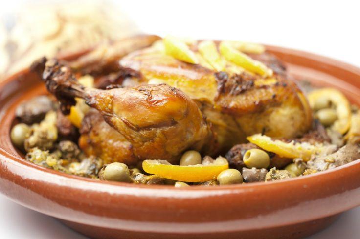 Mmm…Vandaag een recept voor tajine met kip en gekonfijte citroen van Nadia en Merijn. Kijk voor de bijbehorende video op de website van 24Kitchen. Verwarm de tajine of een stoofpan. Meng het gemberpoeder met het komijnpoeder, de ras el hanout en saffraandraadjes. Wrijf de kip royaal in met het specerijenmengsel. Verwarm de olijfolie in de …