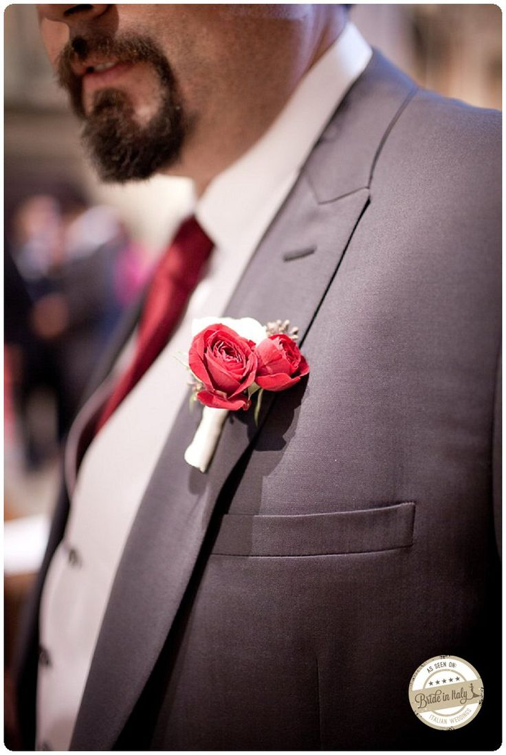 Red + White boutonniere, ph Infraordinario, http://www.brideinitaly.com/2013/01/real-wedding-crafty-chic-per-amanti.html #italianstyle #wedding