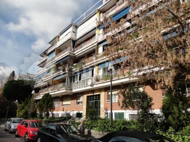 Piso en la localidad de Móstoles de 116m2 distribuidos en 4 dormitorios, 2 cuartos de baños, salón-comedor, cocina independiente y terraza. Piscina comunitaria.
