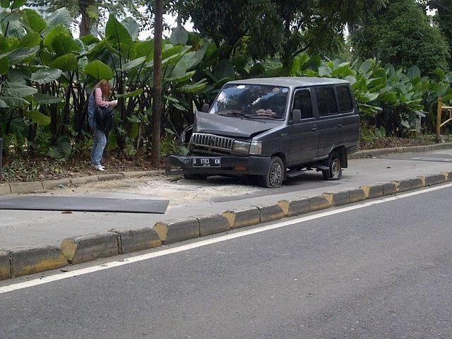 Minibus Nopol B 1783 KM Hantam Separator Busway, Proses Evakuasi: http://www.kabarsatu.co/archives/8079#