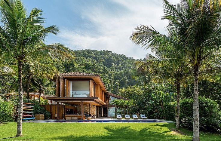 Inserida em meio ao vasto verde, este projeto do arquiteto Thiago Bernardes faz qualquer um querer sentar nas espreguiçadeiras em volta da piscina e apenas curtir o dia relaxando uiçadeiras em volta da piscina e apenas curtir o dia relaxando