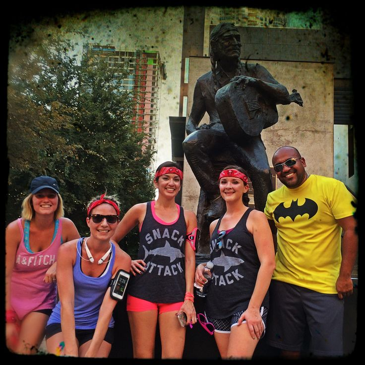 The #SnackAttack group stops to pose with Nelson statue on Austin 10K'rs #WillieRun
