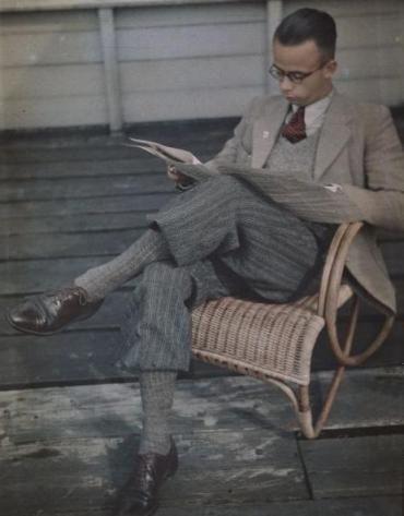 Même en Hollande, on n'échappe pas au plus-fours, avec l'un des looks les plus parfaits de cette série de photos. Je pense qu'on a affaire à un étudiant en pleine révision. 1939.
