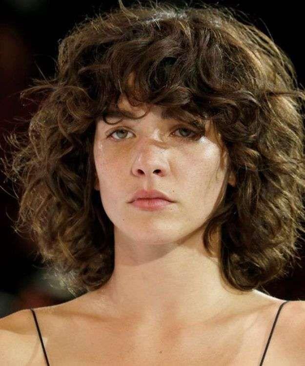 Pelo rizado con flequillo: fotos de los cortes de pelo - Melena midi rizada con flequillo