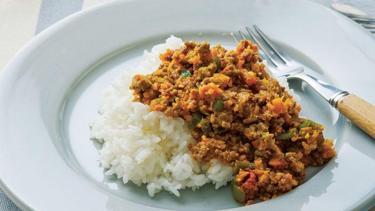 塩田 ノアさんの牛ひき肉を使った「ドライカレー」のレシピページです。【明日もおいしい!まとめづくり】活用自在なドライカレー。ひき肉と野菜の水けをよくとばして炒めるのが、まとめづくりのポイント。ご飯、パン、麺類、何にでもよく合います。 材料: 牛ひき肉、たまねぎ、にんじん、セロリ、ピーマン、A、カレー粉、B、ガラムマサラ、ご飯、サラダ油、塩、こしょう