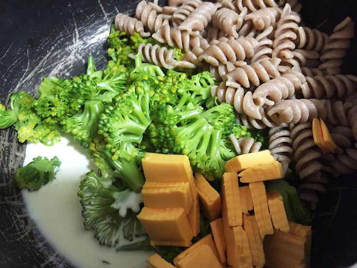 Empecé esta semana con mucha energía, despertándome temprano y con ganas de cocinarme almuerzo. Hace tiempo que tenía ganas de comer brócoli, que es algo que no suelo comer, a menos que seaen sopa…