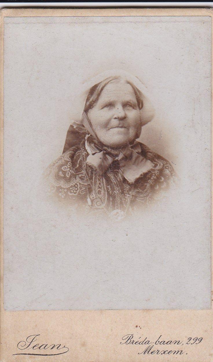 Vrouw uit de grensstreek met Belgie. Zij draagt een zgn Belgische muts met gekleurde linten. De zijn hoogstwaarschijnlijk bruin, dit is voor een grootmoeder. Getrouwde vrouwen dragen blauwe linten. Ongetrouwden roze, groen, geel. Bij rouw paars en zwart. Bij huwelijk en communie witte linten. #NoordBrabant