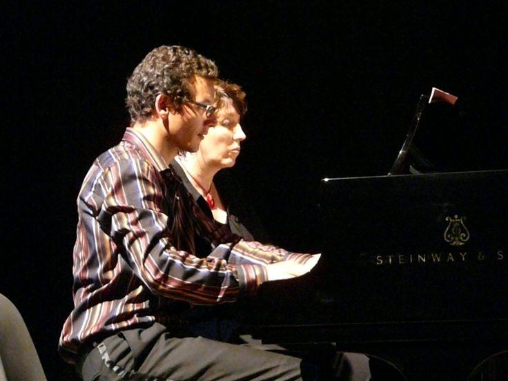 """Photo ® Marc Ayral © : Sylvanès :Deux pianos Steinway installés sur une estrade. Raie de lumière jaune, décor minimaliste. Un club de jazz ? Non, en fait l'église sylvanésienne était le temps du duo de clavier de Christine Lajarrige et Jamal Moqadem vouée à un set à 2 fois 2 mains et à quatre mains """"Parce qu'on s'entend bien » clama Christine Lajarrige pour servir des œuvres inspirés du blues, du ragtime du jazz. 14 Août 2009."""