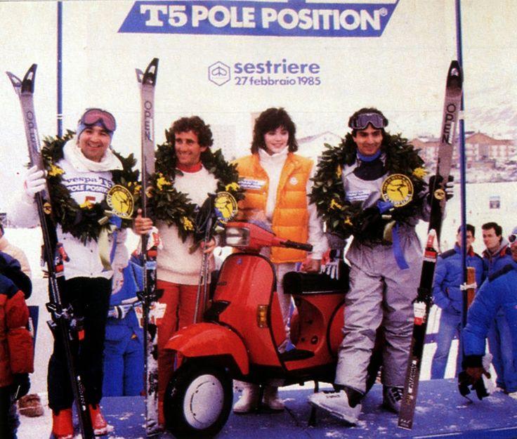 Présentation officielle le 27 février 1985 à Sestriere en Italie de la Vespa T5 entourée des pilotes de Formule 1 Bruno Giacomelli, Alain Prost et Nelson Piquet.   Racing Rétro