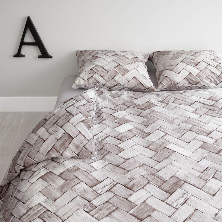 Het Naturally dekbedovertrek van At Home heeft een prachtig dessin met een uitvergrote print van vlechtwerk. Door de neutrale kleuren en het rustige patroon creëer je een stoere en toch luchtige sfeer in de slaapkamer. Zo slaap je nog lekkerder!