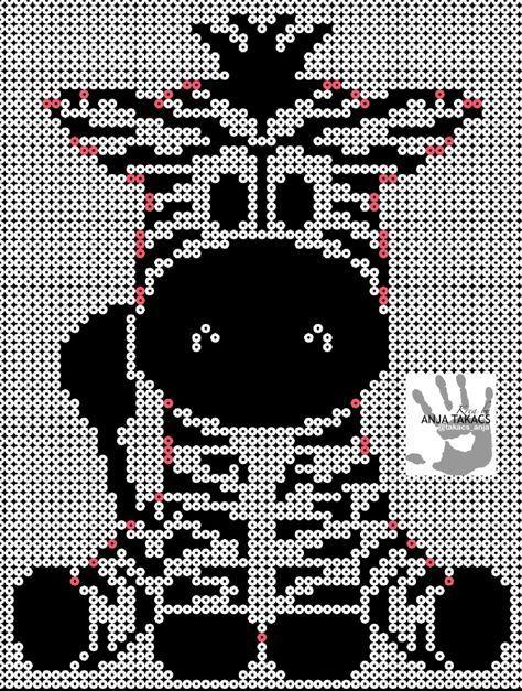 Neutral lækker lille zebra, som børnene vil blive smadder glade for på værelset! Den lyserøde kan er til at hjælpe med at finde kanten, så de lyserøde perler skal være hvide og er dermed den yderste kant. TIP! Lav alt det sorte først, og sørg for at sætte den centralt på pladerne, der er brugt 6 kvadratiske plader, og omkring 1200 sorte perler, og omkring 500 hvide.