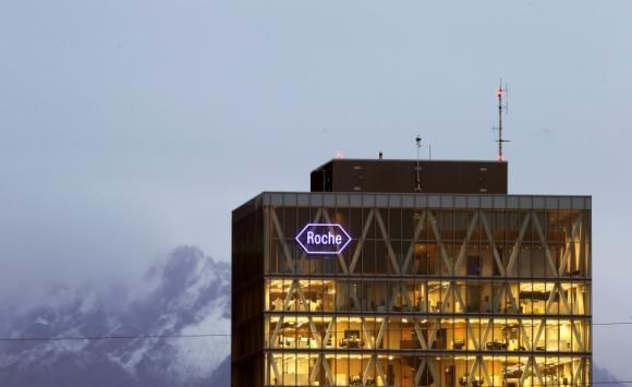 The logo of Swiss pharmaceutical company Roche is seen at a plant in the central Swiss village of Rotkreuz November 6, 2013. REUTERS/Arnd Wi...