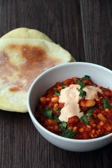 Libanesischer Schmortopf mit weißen Bohnen und Paprikajoghurt, dazu Pita
