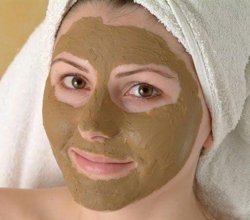 Белая или зеленая глина в сочетании с корицей прекрасно убирает пятна от прыщей, выравнивая цвет и тон кожи.